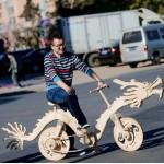 Сварщик из Китая собрал из палочек от эскимо велосипед похожий на дракона